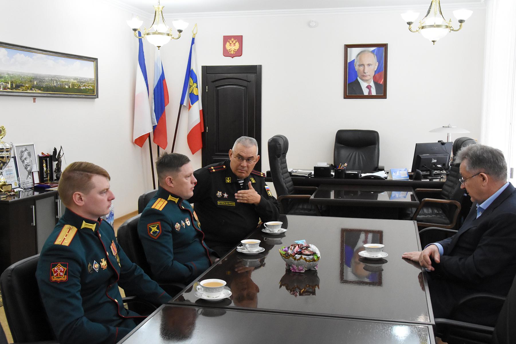 Симферополь посетила делегация из легендарного артиллерийского полка
